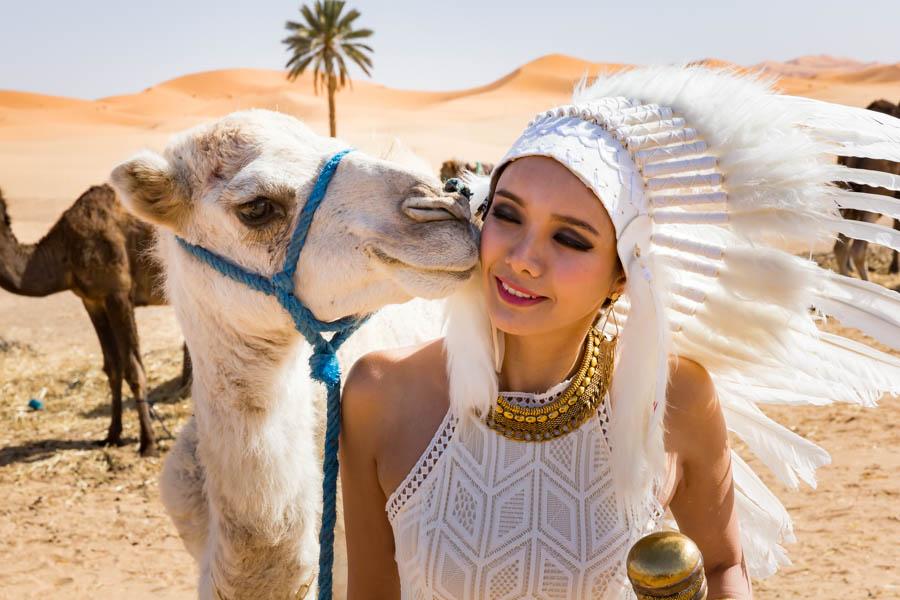 das Model und sein Kamel, eine innige Beziehung
