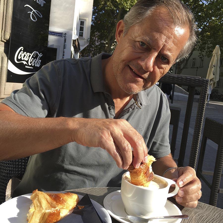 Café au Lait und Croissant am Sonntag morgen